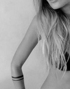 Tatuagem de listras/faixas no braço