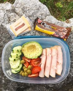 """How I prep for a long busy day at work 🙌🏻 Turkey cream cheese rolls, avo.veggies, olives, Gouda and a quest bar…"" Lunch Meal Prep, Healthy Meal Prep, Healthy Snacks, Healthy Eating, Healthy Recipes, Work Lunch Healthy, Healthy Smoothies, Lunch Snacks, Lunch Recipes"