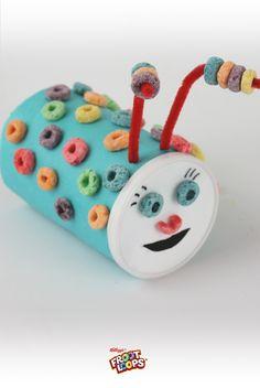 Froot Loops Hungry Bug – Cubre una lata vacia de Pringles Grab and Go con papel constructivo y córtale una sonrisa a la tapadera. ¡Pídeles a tus hijos que la decoren con limpia-pipas y coloridos Froot Loops!