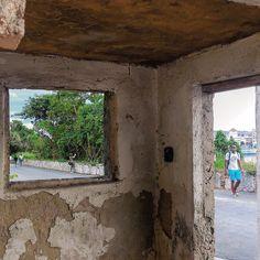 Desde dentro de una caseta de control en la subida al Cristo #havana #habana #casablanca #cuba #cristo #walking #friends #december2015 #instameet #total_cuba #loves_cuba #loves_habana #ig_cuba #ig_habana by mercecg64