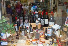 La gastronomía es uno de los motivos para visitar Zamora. Entre sus productos más reconocidos están: el vino de Toro, los quesos, las legumbres y los chocolates. En la calle Mayor de la población de Toro podréis encontrar numerosas tiendas gourmet de las que será imposible salir sin algún suculento recuerdo.
