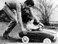 Udo mit Sohn Jürgens beim Spielen im Garten des Familienhauses in Vaterstetten. Foto: BrauerPhoto
