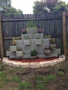 beton-schalsteine-gartenmauer-bunt-bemalt-bepflanzt   garden house, Gartenarbeit ideen