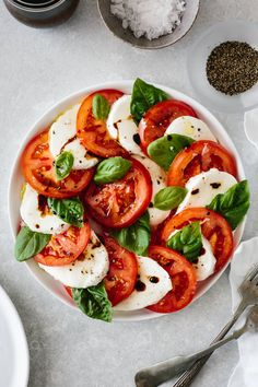 Caprese salad made from fresh tomatoes, mozzarella and basil leaves! It's ea… Caprese salad made from fresh tomatoes, mozzarella and Italian Salad Recipes, Healthy Salad Recipes, Whole Food Recipes, Healthy Snacks, Vegetarian Recipes, Healthy Eating, Cooking Recipes, Free Recipes, Healthy Fruits