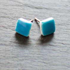 Blau wie der Himmel leuchten diese kleinen Ohrsteckerchen, handgefertigt aus Porzellan. Hergestellt in unserer kleinen Schmuckmanufaktur aus Porzellan und 925 Silber