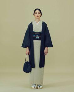 いいね!387件、コメント3件 ― THE YARDさん(@theyard_jp)のInstagramアカウント: 「京都西陣の産地より「御召し 十字絣」 . 西陣御召しの最大の特徴は、御召緯(おめしぬき)という糸を使用することです。 .…」 Japanese Outfits, Japanese Fashion, Asian Fashion, Yukata Kimono, Kimono Fabric, Traditional Japanese Kimono, Traditional Dresses, Modern Kimono, Kimono Design