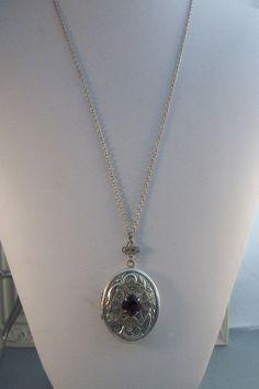 Queenies grenat Locket médaillon Antique par ValleyGirlDesigns