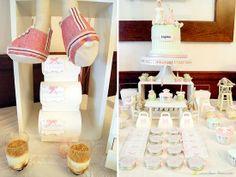 Cupcakes e cakepops em mesa de batizado com tema vintage romântico em tons de verde e rosa