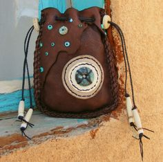 OLD WEST Deerskin leather Native American style Medicine bag man bag talisman shaman Deer antler Turquoise Leather Jewelry, Leather Craft, Native American Medicine Bag, Leather Bag Pattern, Boho Bags, Native American Fashion, Deer Skin, Beaded Bags, Leather Projects