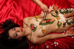Nyotaimori is the Japanese tradition of eating sushi off a perfectly still, And naked woman's body Sushi Platter, Sushi Party, Mood, Sashimi, Japanese Culture, The Ordinary, Female Bodies, Persona, Sexy
