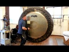 Paiste Gong Master Sven Meier showed how to get a magnificent range of sounds from an Symphonic Gong using different mallet sizes and techniques. Funny Sites, Colossal Art, Wtf Funny, Funny Humor, Hilarious, Beauty Supply, Wind Chimes, Cool Stuff, Industrial Revolution
