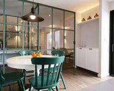 Zona de comedor en cocina, de estilo vintage. Puertas y fijos separadores en hierro lacado y cristal templado. Pavimento porcelánico imitación roble. Luces indirectas led para crear ambiente. Diseño desarrollado y coordinado por AZ diseño.