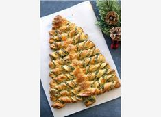 A very simple puff pastry cake in the form of a Christmas tree will certainly decorate any festive table. Tree Spinach, Spinach Pie, Christmas Party Food, Christmas Tree, Everything Bagel, Roasted Butternut Squash, Holiday Appetizers, How To Make Salad, How Sweet Eats