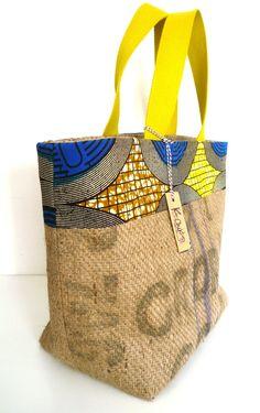 grand cabas en sac de café recyclé, wax bleu et jaune, passepoil jaune : Sacs à main par k-chik