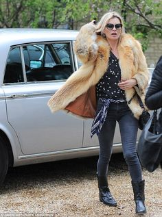 Let's rock 'n' roll: Kate Moss style with fur coat, star-patterned shirt, skinny jeans and cowboy boots Glam Rock, Moss Fashion, Star Fashion, Fashion 2018, Ella Moss, Naomi Campbell, Estilo Kate Moss, Estilo Glam, Kate Moss Stil
