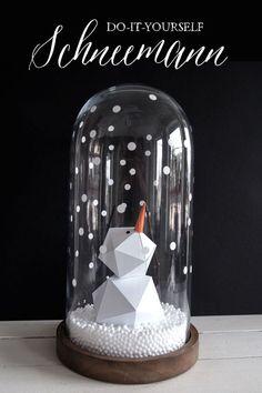 Soda Pop Design maakte deze diy sneeuwpop van papier. Met handige vouwmal. Eén van MoodKids' populairste repins van week 47-2016