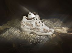 The charm of a promise, the pure white of a wedding dress – these are details that represent the inspiration for a satin shoe in shades of ivory. Entirely hand-embroidered, it is decorated with white and gold glass pearls and set with crystal-coloured strass.