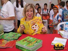 """A escritora Ana Stoppa com seu livro """"Cristal a corujinha cantora"""""""