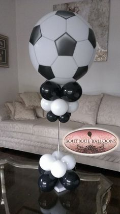 Balloon Centerpiece for football / soccer lovers. Soccer Birthday Parties, Soccer Party, Sports Party, Birthday Party Themes, Football Soccer, Soccer Centerpieces, Soccer Baby Showers, Balloon Topiary, Soccer Banquet
