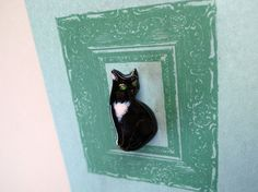 『 絵かきと猫 』シリーズから、すました黒猫の七宝ブローチです。ちょっと緊張気味の、すまし顔の黒猫の肖像画です。『 絵かきと猫 』のおはなしがのったプチ本がつ... ハンドメイド、手作り、手仕事品の通販・販売・購入ならCreema。