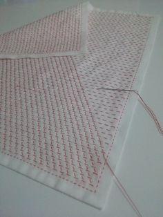 斜め方向の平縫い、半分ぐらい進みました。籠目文様のときの斜め方向の平縫いは、同一方向に平行に進めていきます。私の勝手な好みで、米刺しや十字花刺し文様のとき...