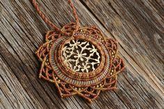 wunderschöne lange makramee Halskette in hellbraun mit goldenem Ornament, gipsy, tibal, blumenförmig von JoyMadebySahraJoy auf Etsy https://www.etsy.com/de/listing/294413709/wunderschone-lange-makramee-halskette-in