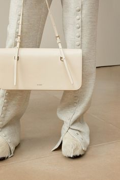 Jil Sander Pre-Fall 2019 Fashion Show Collection: See the complete Jil Sander Pre-Fall 2019 collection. Look 29 Jil Sander, Fashion Bags, Fashion Show, Womens Fashion, Vogue, Milan Fashion Weeks, Leather Design, Models, My Bags
