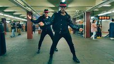 """En el marco del séptimo aniversario del fallecimiento de Michael Jackson, los Power Peralta rindieron un homenaje bailando """"2 BAD"""", en el Metro de Nueva York."""