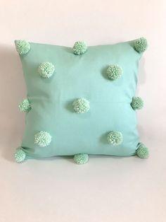 Crochet Pillow Mandala - - - Pillow On Bed Gray - Diy Garden Decor, Diy Wall Decor, Party Mottos, Cushion Embroidery, Pillow Crafts, Cushion Cover Designs, Diy Cushion, Baby Pillows, Bolster Pillow