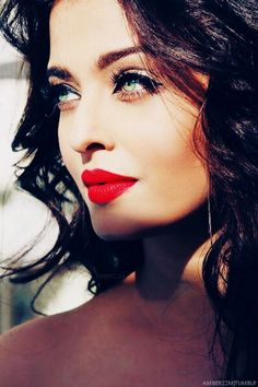 #AishwariyaRaiBachhan look Hot in #Red color #lipstick.