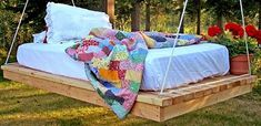 Want a relaxing porch & garden? Make a DIY outdoor hanging bed! Pallet swing beds, porch swing beds and hanging beds you can actually make! Hanging Pallet Beds, Pallet Swing Beds, Diy Hanging, Pallet Daybed, Pallet Lounge, Pallet Porch, Bed Pallets, Outdoor Pallet, Diy Pallet