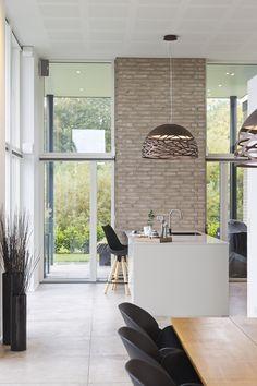 Byg nyt hus | Byg din drømmebolig | Galleri - Uldum Huse A/S New Builds, Kitchen Dining, House Plans, House Design, Interior Design, Building, Table, Kitchens, Houses