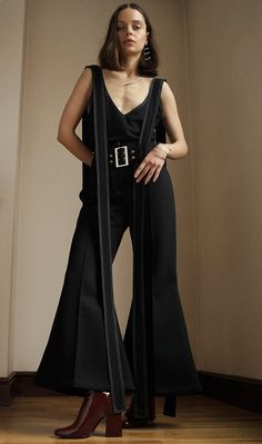 How To Wear Belts How to Style the Seasons Most Interesting Belt via Who What Wear - Discover how to make the belt the ideal complement to enhance your figure.