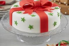 How are you going to decorate your Christmas cake? A Christmas cake is a fruitcake that is specially made in many countries all over the world for Christmas Cake Designs, Christmas Cake Decorations, Christmas Cupcakes, Christmas Sweets, Holiday Cakes, Christmas Baking, Christmas Present Cake, Xmas Cakes, Cake Icing