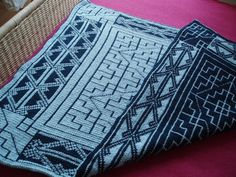 Amazing blanket with celtic pattern, maybe one day I'll have time for this type of projet, looks time consuming!