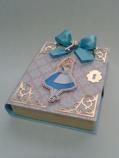 Caixas confeccionada em papel offset 240grs  Impressão em jato de tinta  Confeccionada com apliques diferenciados - Laços e chave dourada entre outros.  Enviamos para todo o Brasil.