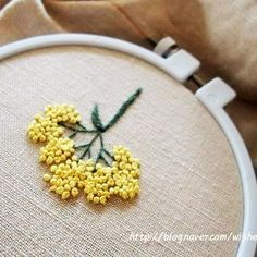 source : instagram.com _ collection broderie florale, fleurs jaune type mimosa (yellow flowers embroidery)