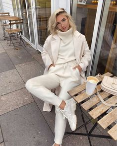Image shared by ♡Joelle♡. Find images and videos about girl, fashion and coffee on We Heart It - the app to get lost in what you love. Spring Summer Fashion, Autumn Winter Fashion, Sneakers Street Style, Sneaker Street, Ootd, Weekend Wear, College Outfits, Daily Look, Chic Outfits