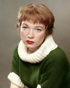 Hollywood icon Shirley Maclaine shows off her facial range in Spain Super Short Hair, Short Hair With Bangs, Hairstyles With Bangs, Short Hair Styles, 1950s Hairstyles, Vintage Hairstyles, Vintage Hollywood, Hollywood Glamour, Shirley Mcclain