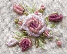 Ramito con rosa y capullos. Bordado a mano por Carolina Gana. Taller de Bordado Rococó. Santiago de Chile. SÕLMPISTETIKAND