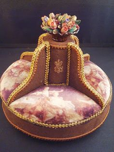Hand-painted round couch with flowers. Dollhouse Miniature Tutorials, Miniature Rooms, Miniature Crafts, Miniature Furniture, Dollhouse Furniture, Dollhouse Miniatures, Dollhouse Interiors, Victorian Sofa, Victorian Dolls