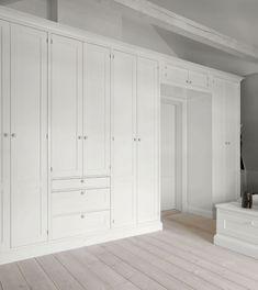 platsbyggd garderob, exempel på garderob till barnrummet men med större öppning för sängarna/sängen.