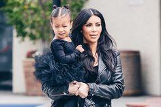 Tal mãe, tal filha... Quem não queria ter o guarda roupa da pequena North, filha da Kim? Nós amamos os mini looks dela e fizemos um post recheado de fofura pra vocês!! 😍 Link na bio 📲 #fashionbreak#blog #shop #news #kimkardashian #kim #northwest #cute #fofa #child #moda #fashion #estilo #style #tendencias #trends