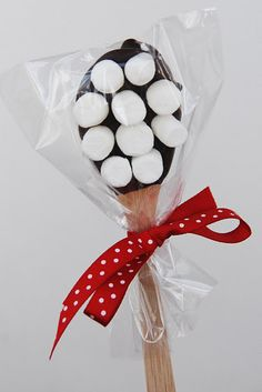 Hot chocolate spoons: super cute gift idea! Dip a spoon in melted chocolate and attach marshmallows.