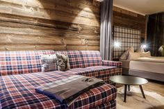 Wenns draussen schneit soll man es sich gemütlich machen - The Peak Sölden Cozy Couch, Bed, Furniture, Home Decor, Ad Home, Homes, Decoration Home, Stream Bed, Room Decor