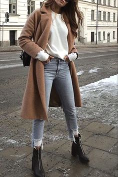 Mode femme tendance automne/hiver avec un long manteau camel, un jean destroy, un pull blanc et des bottines Trendy women's fall / winter fashion with a long camel coat, destroy jeans, a white sweater and ankle boots Fall Winter Outfits, Autumn Winter Fashion, Autumn Fall, Ootd Winter, Casual Winter, Winter Style, Winter 2018 Fashion, Winter Fashion Boots, Winter Chic