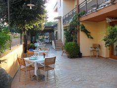 L'Hotel è situato in zona centrale a circa 250 metri dalla spiaggia  Dispone di 18 camere, ristrutturate nel 2009, con wc e doccia, aria condizionata, mini-bar ed alcune con vista mare. L'hotel dispone inoltre di parcheggi privati, sala bar, tv, telefono e di un'ottima cucina mediterranea