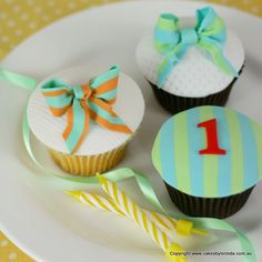 birthday cupcakes - I like the striped 1 cake Bow Cupcakes, 1st Birthday Cupcakes, Moist Cupcakes, Fancy Cupcakes, Pretty Cupcakes, Beautiful Cupcakes, Girl Cupcakes, Cupcake Cakes, Decorated Cupcakes