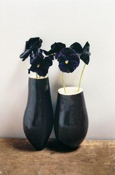 black pansies in a vase. Zwarte violen in een vaasje, Black Flowers, Colorful Flowers, Beautiful Flowers, Simply Beautiful, Wabi Sabi, Vase Noir, Mode Statements, Vases, Organic Art