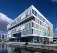 7 voordelen van beweegbare zonwering: http://kennisbank.coltinfo.nl/blog/bid/51986/7-voordelen-van-beweegbare-zonwering# In de hedendaagse transparante architectuur zijn de scherpe regels op het gebied van energieprestatie een belangrijk aspect voor de architect om rekening mee te houden. #architectuur #daglicht #duurzaambouwen